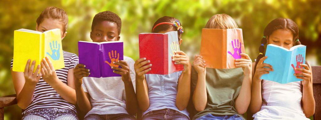 Groupe d'enfants avec un livre à la main